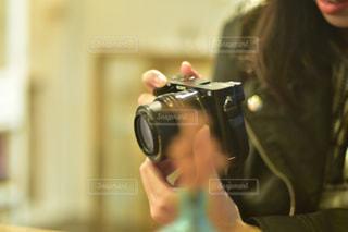 カメラを持って女性の写真・画像素材[1832482]