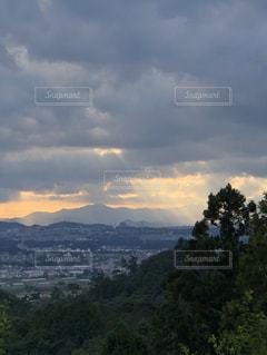 夕日,街並み,夕焼け,曇り空,秋の空,観音様,山の上から,サンピラー