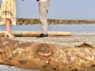 水の体の横に立っている人の写真・画像素材[1585425]