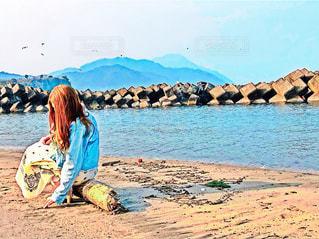 砂浜の上に立つ人々のグループの写真・画像素材[2338167]