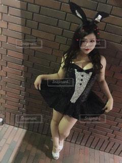 黒いドレスを着た女性の写真・画像素材[2504330]