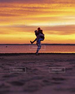 恋人,自然,海,空,カップル,太陽,ビーチ,夕焼け,海岸,光,日の出,新年,国際カップル