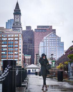 女性,1人,ファッション,風景,建物,屋外,黒,アメリカ,タワー,都会,人物,高層ビル,コーディネート,コーデ,ダウンタウン,ボストン,ブラック,黒コーデ