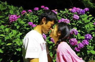 紫の花を持つ人の写真・画像素材[1239978]