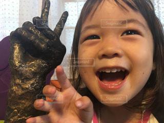 少女カメラに笑顔を持っている手の写真・画像素材[1400685]