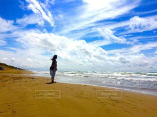 砂浜の上に立っている人の写真・画像素材[1208752]