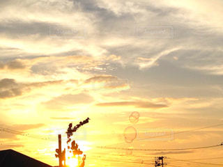空,夕日,太陽,夕焼け,シャボン玉,曇り空,夕陽,しゃぼん玉