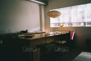 暗い部屋で窓付きのキッチンの写真・画像素材[1239804]