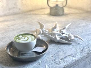 テーブルの上でコーヒーを一杯飲むの写真・画像素材[2297900]