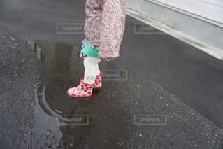子ども,雨,足,水たまり,長靴,梅雨