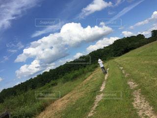 フランスいなか道肩ぐるまの写真・画像素材[1224138]