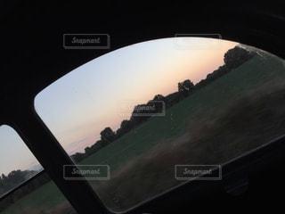 フランス,窓越し,クラシックカー,秋空