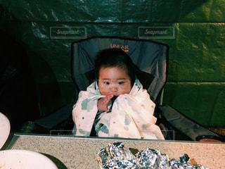 食べ物を食べている小さな男の子の写真・画像素材[2095898]