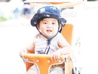 帽子をかぶった小さな男の子の写真・画像素材[2353384]