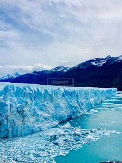 バック グラウンドでペリト ・ モレノ氷河と雪の覆われた山々の写真・画像素材[1211960]
