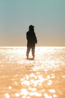 女性,海,夕日,カメラ女子,絶景,カップル,後ろ姿,人物,後姿,ポートレート,香川県,日の入,彼女,父母ヶ浜