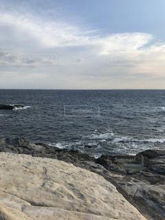海に隣接する岩のビーチの写真・画像素材[2330794]