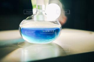 青い歯ブラシとガラスの写真・画像素材[1285125]