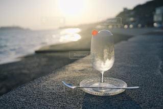 海,空,夏,夕日,夕焼け,海辺,ガラス,アイス,カップ,アイスクリーム,初夏,クリームソーダ,飲料,インスタ映え