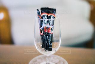 グラスとスティックコーヒーの写真・画像素材[1308148]