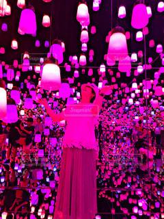 女性,ピンク,帽子,ランタン,ランプ,お台場,ピンク色,デジタルアート,デジタルアートミュージアム,チームラボボーダレス,ランプの森