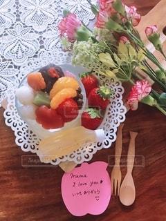 木製のテーブルの上に座るケーキの写真・画像素材[2140834]