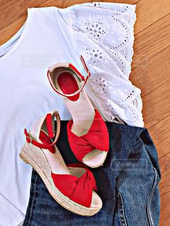 ファッション,夏,靴,サンダル,日常,レース,洋服,生活,コーディネート,カジュアル,コーデ,デニム,ライフスタイル,収納,ガーリー,置き画,赤い靴,カジュアルファッション,衣替え,整理整頓,ワードローブ,夏コーデ,トップス,夏ファッション,ガーリーファッション,ストラップサンダル