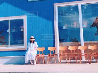 カフェのベンチでリラックスの写真・画像素材[3403607]