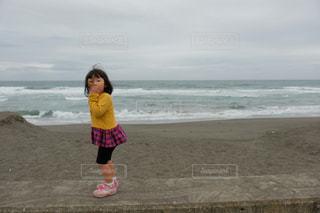 ビーチに立っている若い女の子の写真・画像素材[1265189]