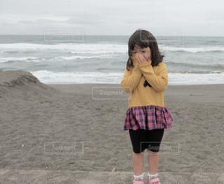 ビーチに立っている女性の写真・画像素材[1265200]