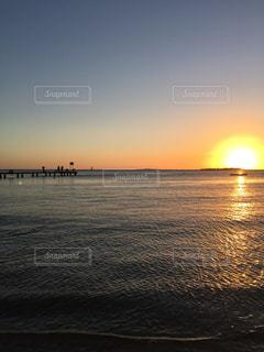 水平線に沈む夕日の写真・画像素材[1217626]
