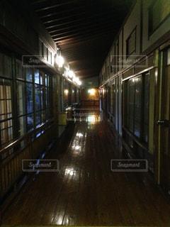 夜の廊下の写真・画像素材[1213357]