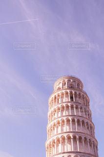 空の背景を持つ大規模な背の高い塔の写真・画像素材[1214982]