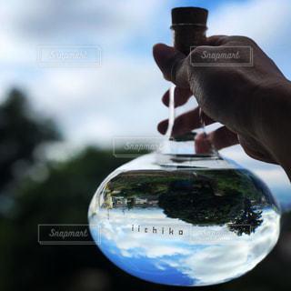 水のガラスを持っている手の写真・画像素材[1264289]
