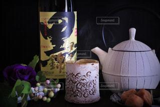テーブルの上の花の花瓶の写真・画像素材[1426318]