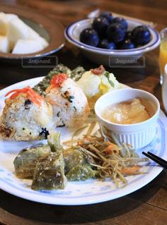 テーブルの上に食べ物のプレートの写真・画像素材[1464635]