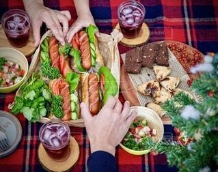 家族,食べ物,冬,食事,ランチ,緑,赤,野菜,人,クリスマス,ワイン,サラダ,昼食,たくさん,料理,バゲットサンド,ソーセージ,パーティー,サンド,ファストフード,スナック,しゅわしゅわ