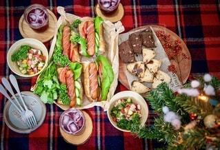 家族,食べ物,冬,食事,ランチ,緑,赤,トマト,野菜,人,クリスマス,ワイン,サラダ,昼食,たくさん,料理,バゲットサンド,ソーセージ,パーティー,サンド,ファストフード,スナック,しゅわしゅわ