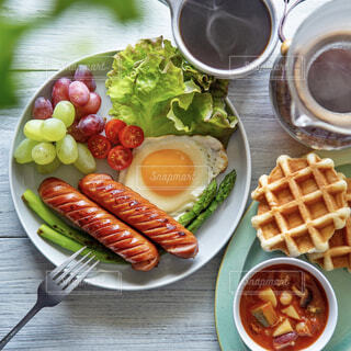 食べ物,コーヒー,食事,朝食,ランチ,テーブル,果物,トマト,野菜,ワッフル,皿,健康的,目玉焼き,昼食,レタス,アスパラ,湯気,おいしい,ソーセージ,ブランチ,ファストフード,ぶどう,ミネストローネ