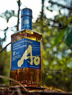 自然,アウトドア,森,緑,青,黄色,林,樹木,苔,岩,新緑,ボトル,ウイスキー,ドリンク,アルコール,金,飲料,輝き,ソフトド リンク,AO