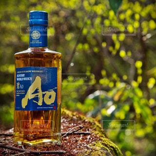 自然,アウトドア,屋外,森,緑,青,黄色,林,樹木,苔,岩,新緑,ボトル,ウイスキー,ドリンク,アルコール,金,飲料,輝き,ソフトド リンク,AO