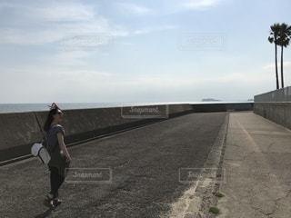 未舗装の道路を歩く人の写真・画像素材[1219129]