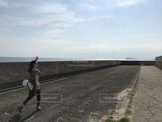 未舗装の道路を歩く人の写真・画像素材[1219132]