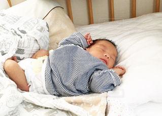 赤ちゃんのベッドの上で横になっています。の写真・画像素材[1221280]