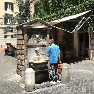 後ろ姿,ローマ,水色,外国,旅行,外人,イタリア,日中,熱中症対策