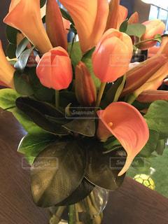 テーブルの上の花の花瓶の写真・画像素材[1369557]
