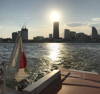 バック グラウンドで市と水体の写真・画像素材[1425918]