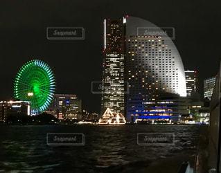 夜のライトアップされた街の写真・画像素材[1425944]