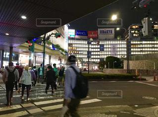 新宿西口ロータリーとお月様の写真・画像素材[1489581]