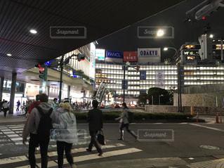 新宿西口ロータリーとお月様の写真・画像素材[1489597]